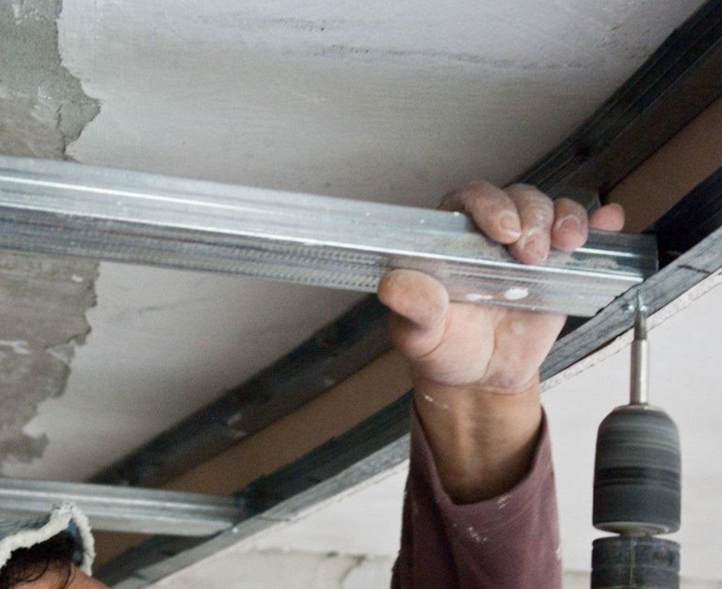 Установка основных профилей для кассетного потолка