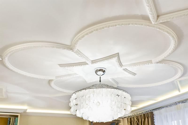Узор на потолке из полиуретановых молдингов с оригинальным цветочным рельефом
