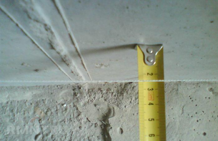 Если потолок неровный, перепады высот в его разных точках составляют более 5 мм, то лучше выбрать не штукатурку, а шпатлевку