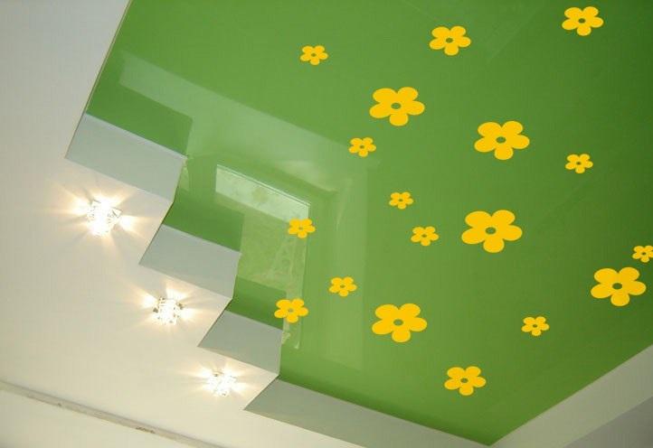 Желтые наклейки на зеленом натяжном потолке