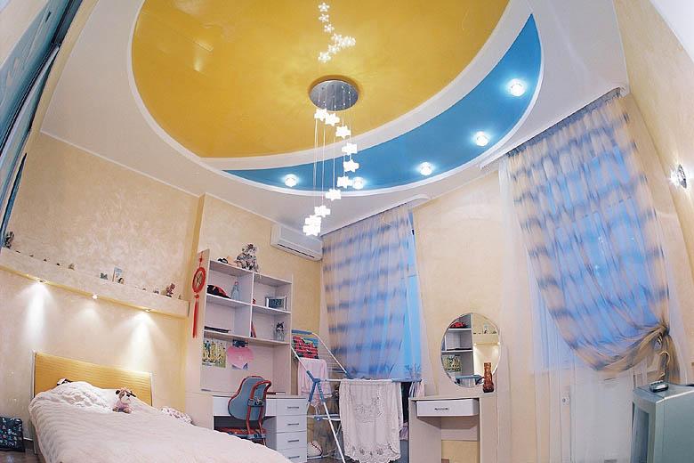 Яркий двухцветный глянцевый потолок - красивое довершение интерьера детской
