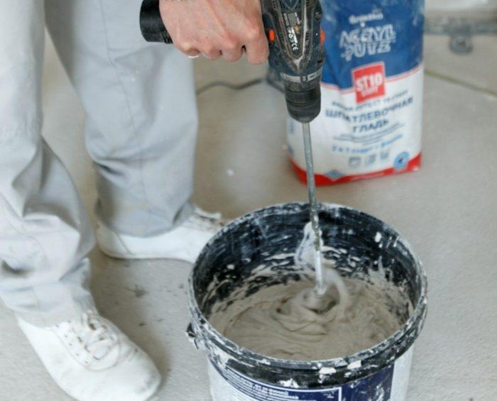 Замешивание шпаклевки для потолка