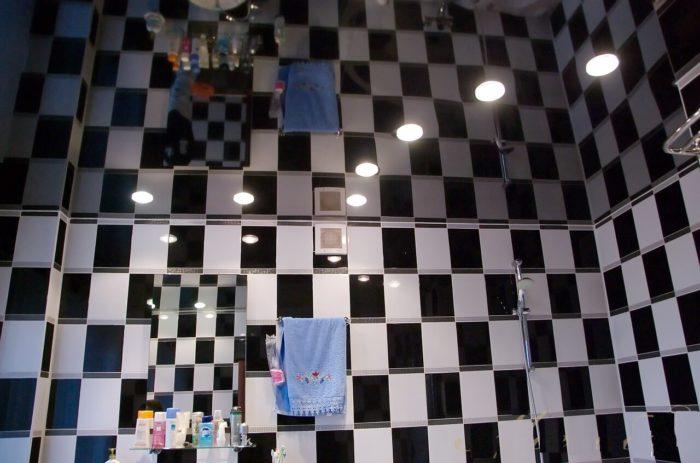 Зеркальный потолок и отделка стен в черно-белых тонах