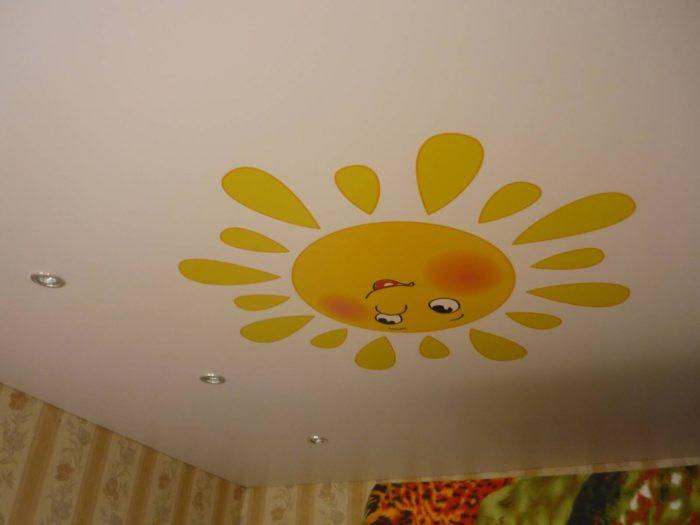 Натяжной потолок с наклейкой в детской