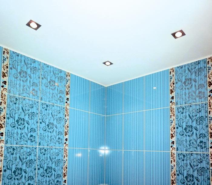 При отделке потолка нужно избегать однотонности