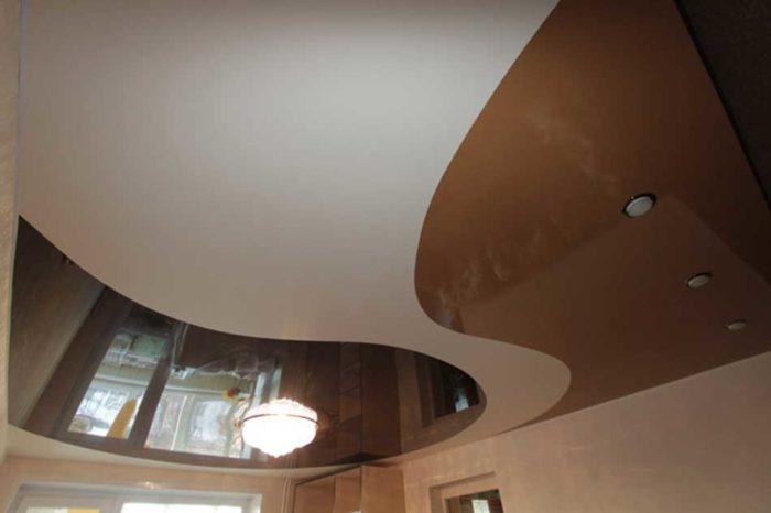 Еще один вариант двухцветного натяжного потолка