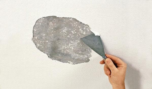 Удаление штукатурки с потолка шпателем