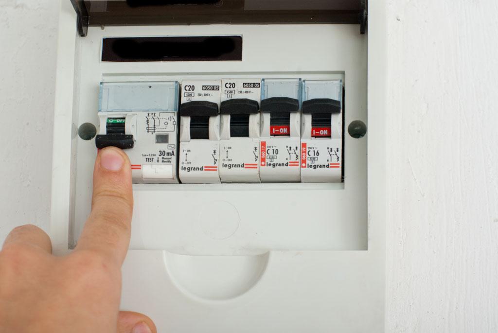 Перед началом работ нужно в обязательном порядке отключить электричество
