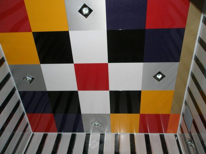 Разноцветный кассетный потолок