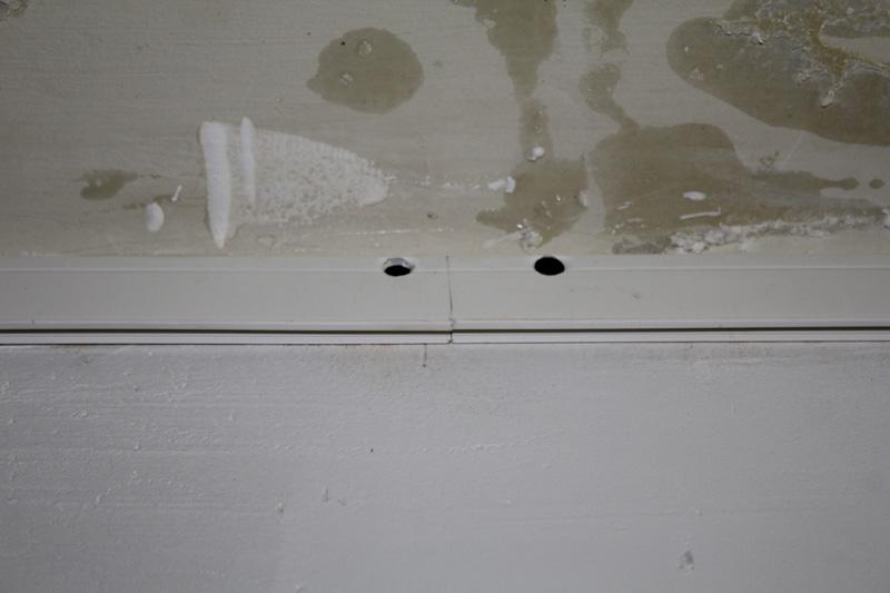 Крепление багета натяжного потолка