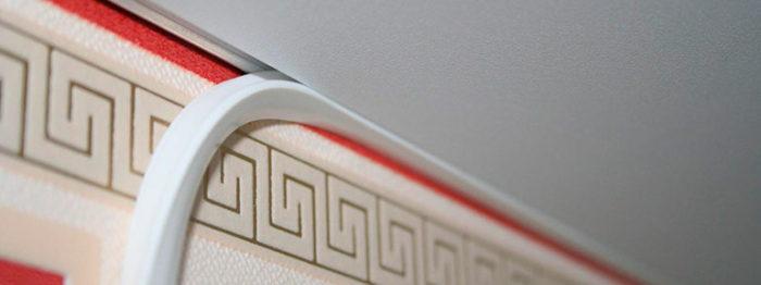 Заключительным этапом установки натяжного потолка является закрепление ПВХ- заглушки, которая закрывает паз в профиле