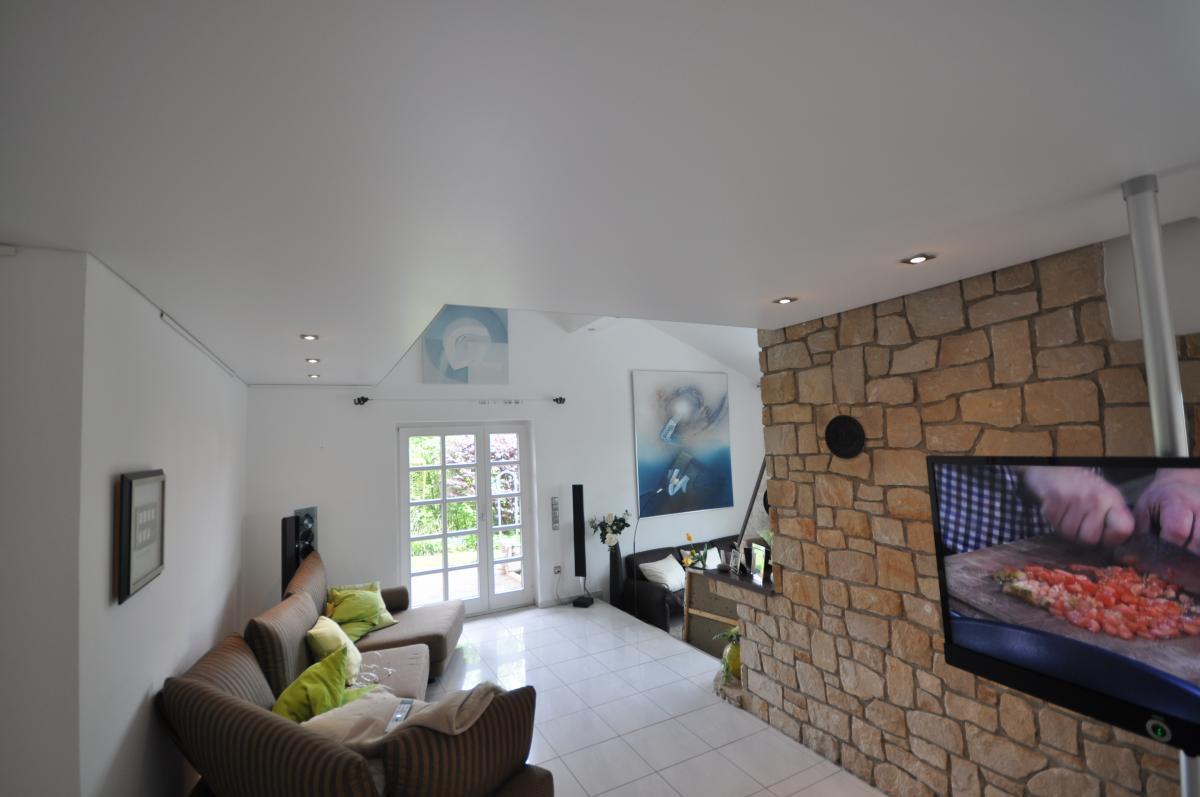 Матовый натяжной потолок белого цвета