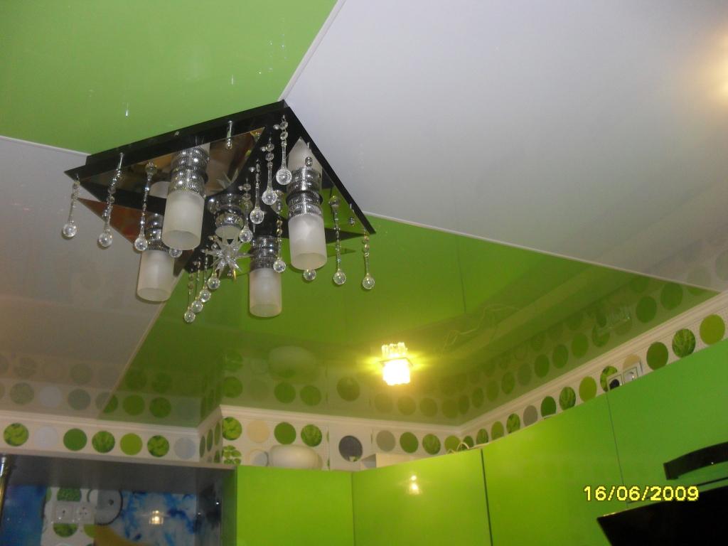 Двухцветный натяжной потолок, разделенный на четыре квадрата