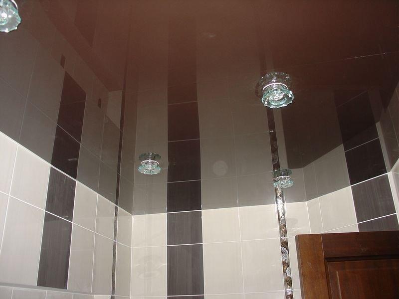 Потолок в туалете не должен быть слишком ярким и вызывающим