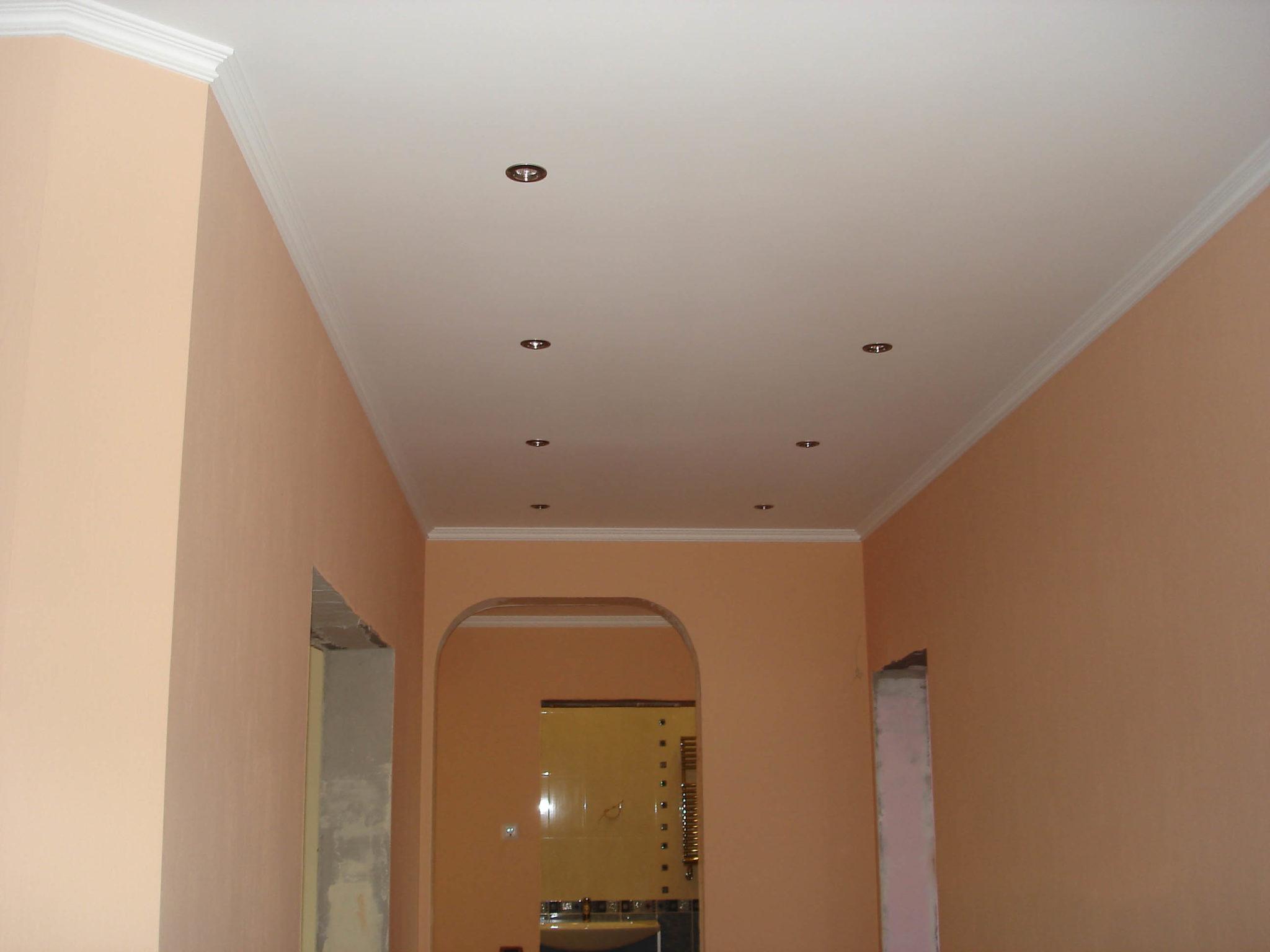 Белый матовый натяжной потолок в коридоре