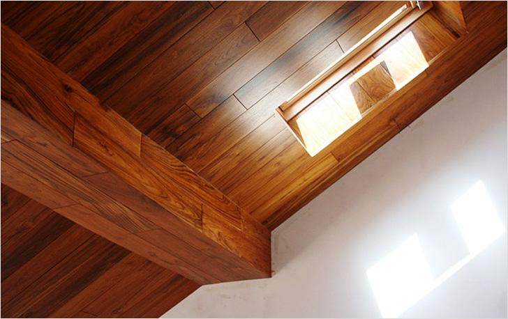 Декоративные фальш-балки на потолке из ламината