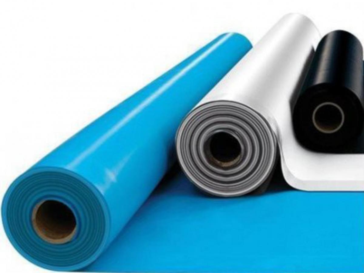 Рулонные гидроизоляционные материалы очень эффективны, но их трудно монтировать на потолке, а при сильной протечке и ухудшении адгезии они попросту могут отвалиться