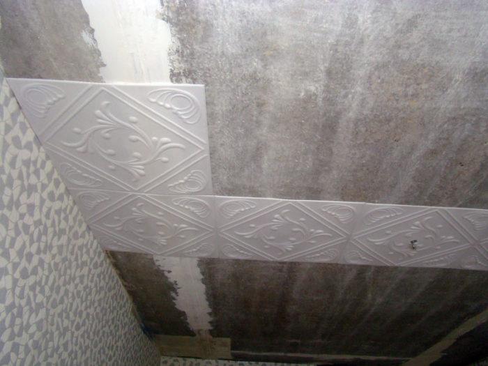 У клея должна быть высокая степень адгезии для качественного сцепления плитки с потолочной поверхностью.