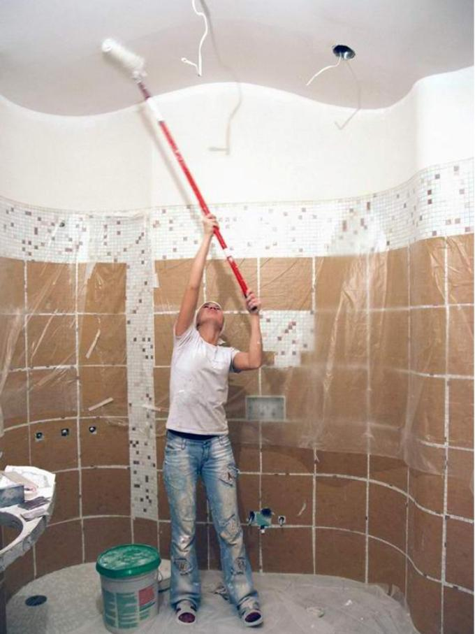 Побелка потолка в туалете