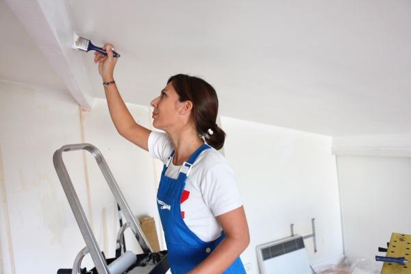 Водоэмульсионная краска скрывает мелкие неровности и дефекты поверхности