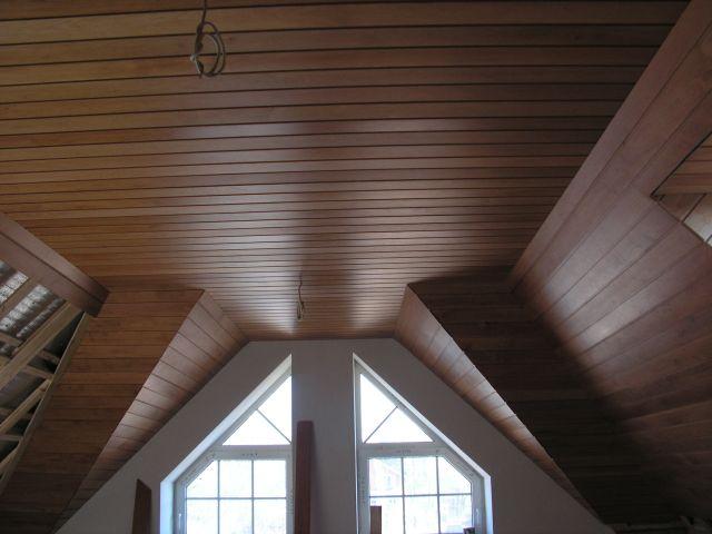 Потолок, покрытый шпоном