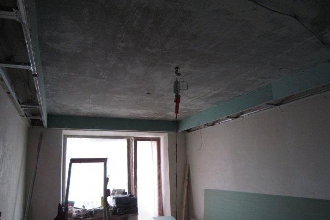 Потолки в панельных домах зачастую имеют достаточно ровную поверхность, поэтому отделка не сопряжена с особыми проблемами