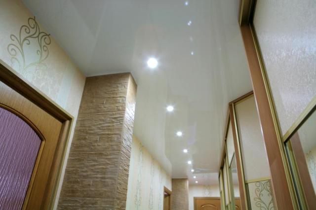 Натяжной потолок с точечными светильниками в коридоре