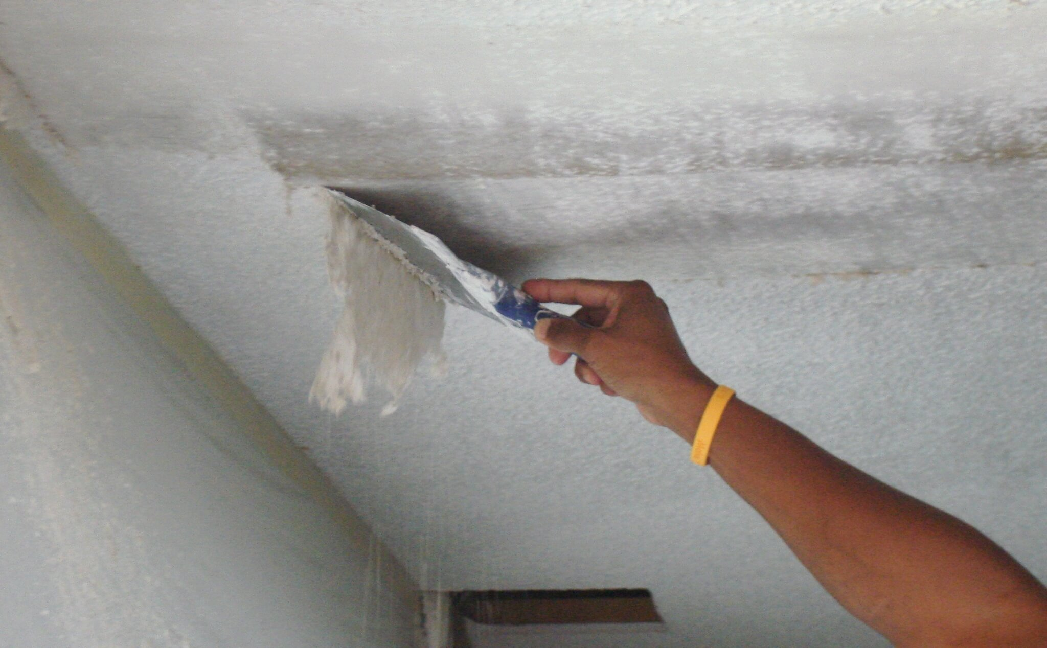 Нередко потолок можно очистить при помощи одного только шпателя