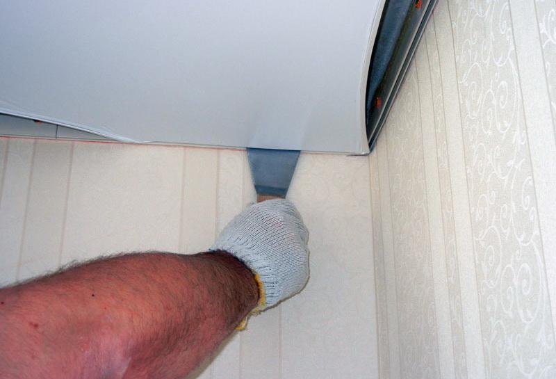 Полотно заправляется шпателем вдоль стен