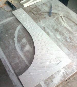 Зачистка лепнины и нанесение рисок на крепежную поверхность