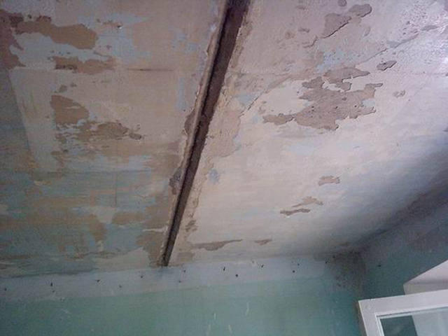 Такие неровности легче скрыть подвесным потолком