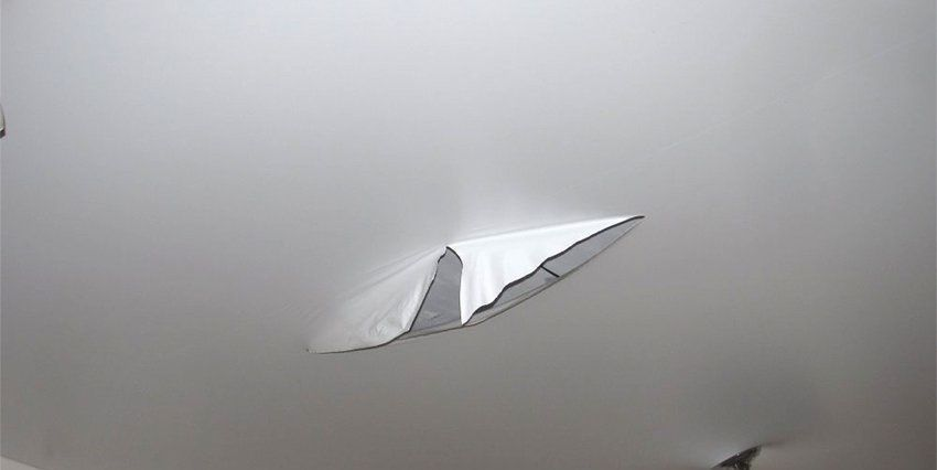 Натяжные потолки из ПВХ очень хрупкие, поэтому могут с легкостью порваться от контакта с острыми предметами