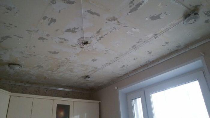 На этапе подготовки потолок очищается от старого покрытия, прокладывается проводка и устанавливаются монтажные платформы под светильники (при необходимости)