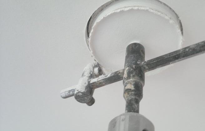 Зажимаем балеринку в дрель или шуруповерт, выставляем необходимый диаметр и аккуратно вырезаем отверстие в отмеченном месте