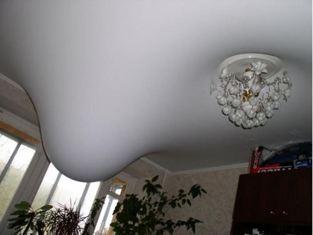 Натяжной потолок способен удерживать большой объем воды