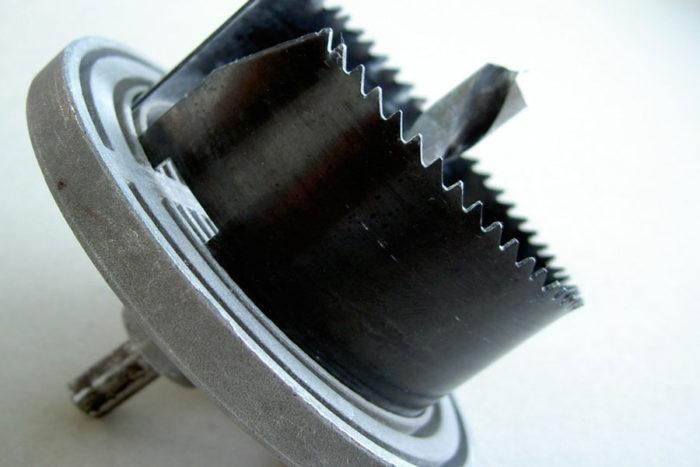 """Коронки по дереву (или как их еще называют """"круговые пилы"""") — самый простой и быстрый способ сделать круглое отверстие под светильник или подрозетник"""