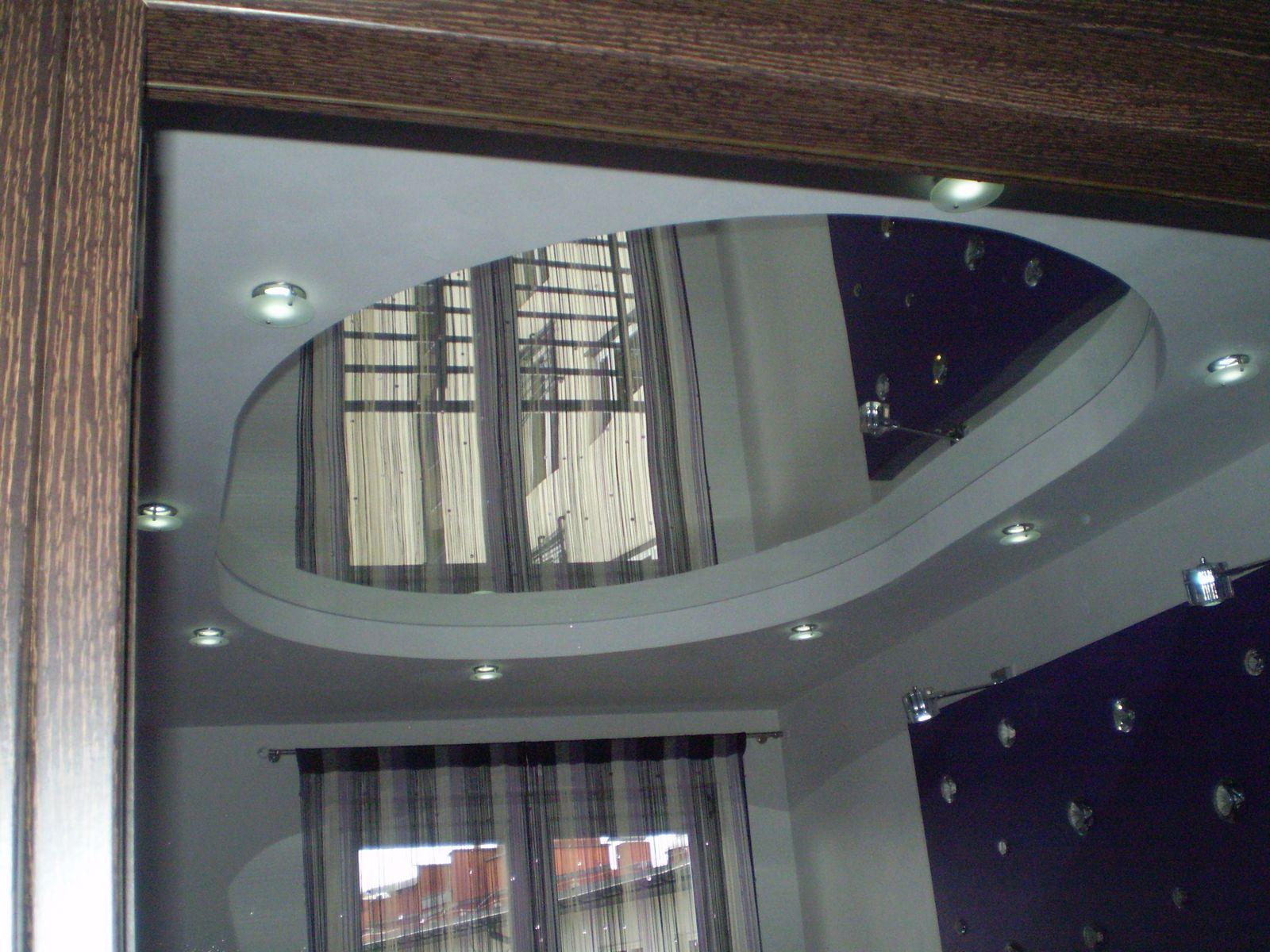 Пример натяжного потолка с зеркальной поверхностью