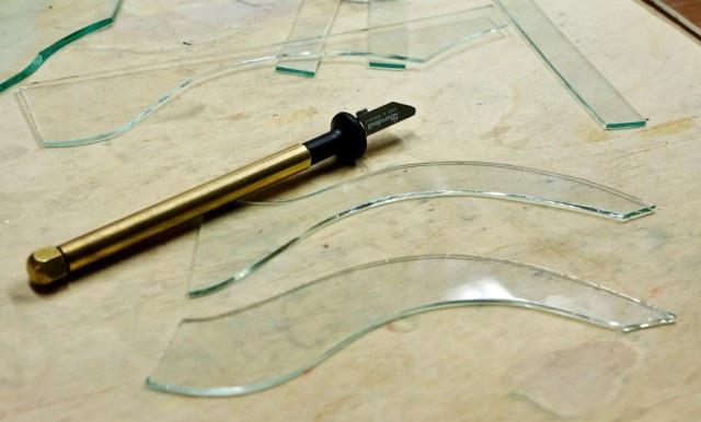 С помощью стеклореза можно вырезать криволинейные формы.