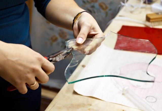 Специальные щипцы нужны для ломки стекла после того, как вы наметили стеклорезом будущий контур.