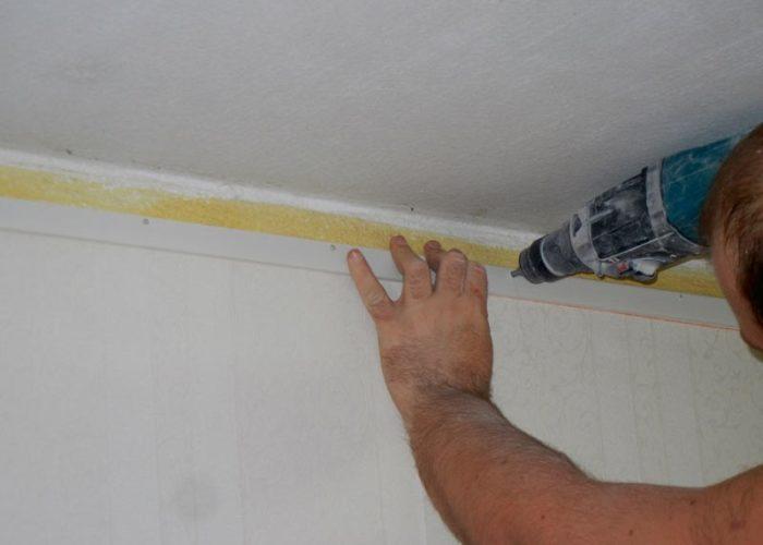 Следующий этап монтажа натяжного потолока - это установка крепежного профиля (багета) по периметру