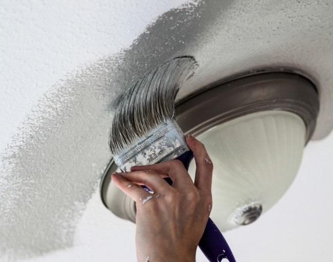Покраска труднодоступных мест на потолке акриловой краской