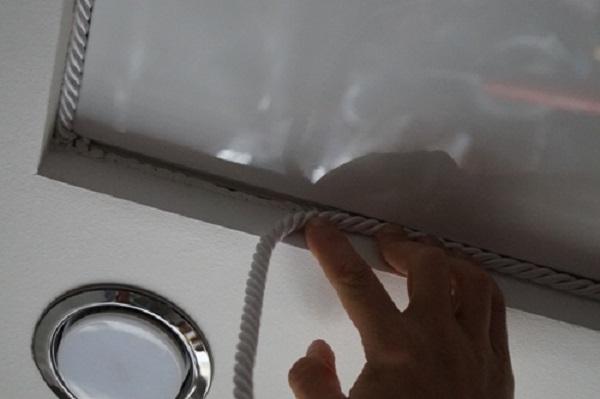 Вязкость герметика высокая, а удельная масса у шнура по длине не столь значительна. Эти факторы позволяют закрепить шнур на место без каких-либо дополнительных операций. Фактически просто расправив шнур вдоль нанесенного герметика. Так наносим герметик и расправляем шнур от одного края шнура, до другого, то есть по всему периметру. Если у вас шнур состоит из нескольких отрезков, то соединять его лучше опять же в углах.