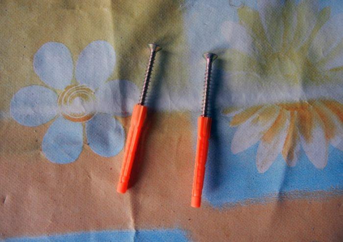 Профиль закрепляют на стене при помощи саморезов; есть технологии использования степлера с установкой скоб (на деревянные поверхности) через 1 см или приклейки профиля к поверхности