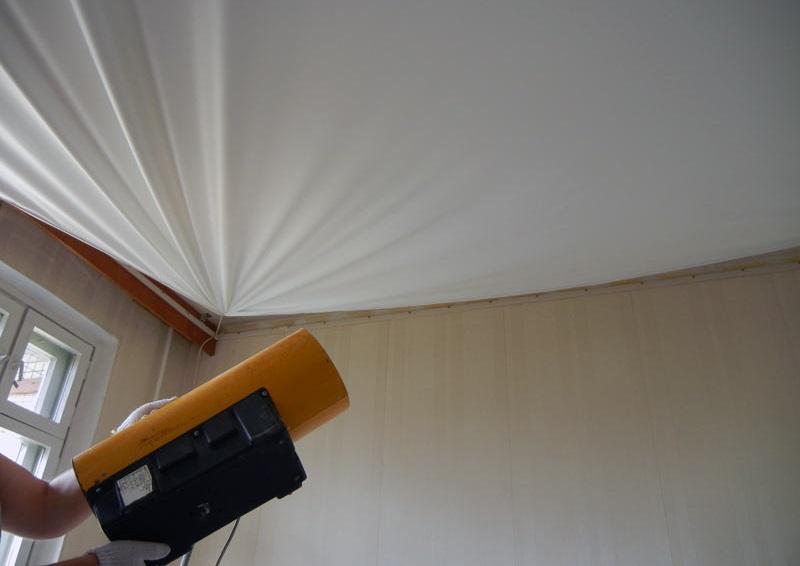 Последовательно прогреваем угол за углом по диагонали натяжного потолка