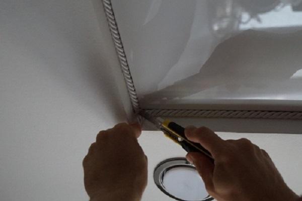 как вставить вставку в натяжной потолок видео