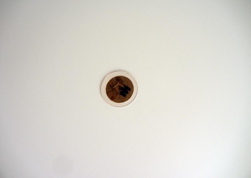 Через отверстие в натяжном потолке пройдет подводка и крепеж