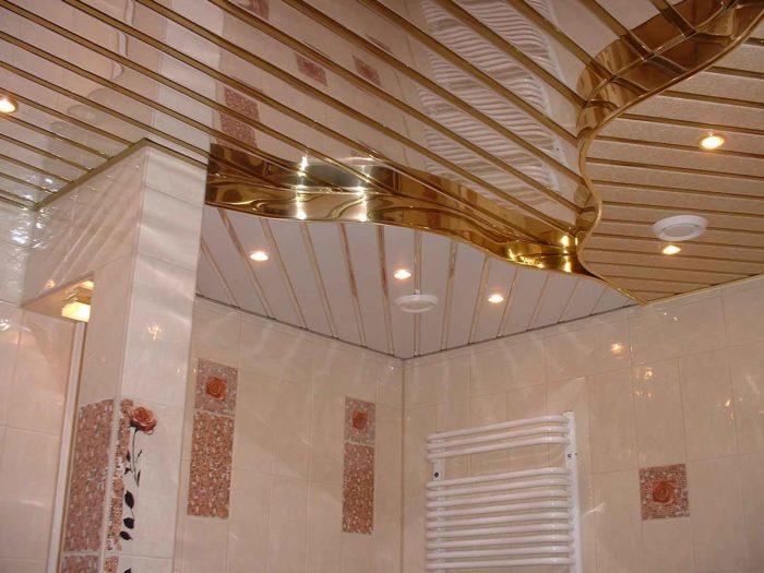 реечный подвесной потолок в ванной