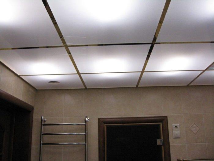 Белый потолок из оргстекла с подсветкой