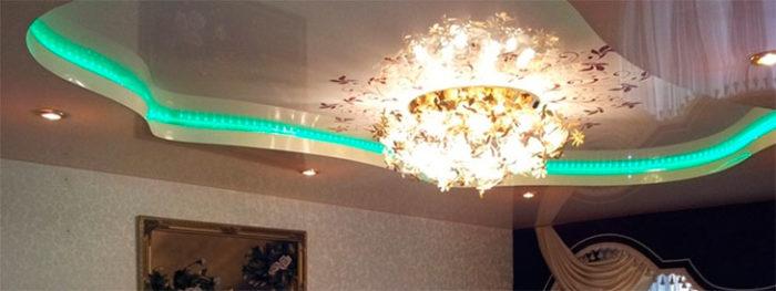 Белый потолок отлично гармонирует и со световыми панелями, с помощью которых можно создавать различные стили