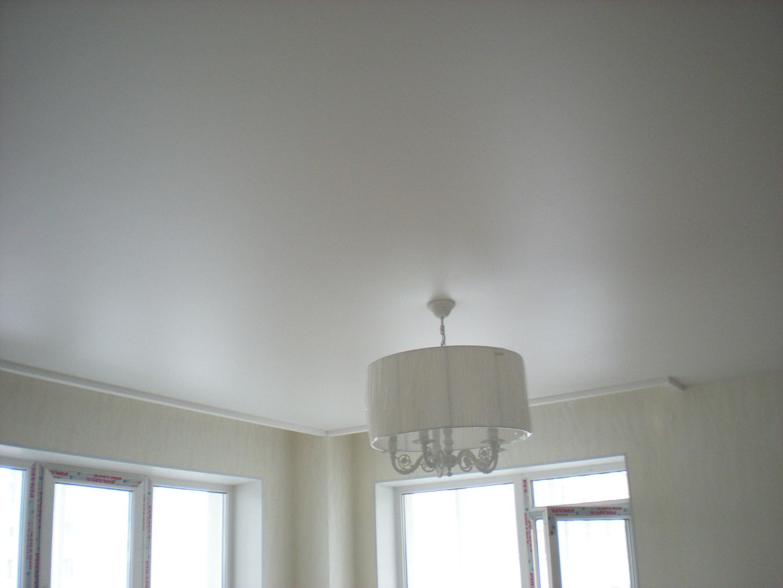 Белый сатиновый потолок выглядит очень красиво и уютно